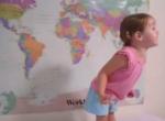 Lilly, enfant de deux ans, et la GÉOGRAPHIE